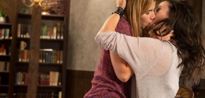 Carmilla and Laura kiss