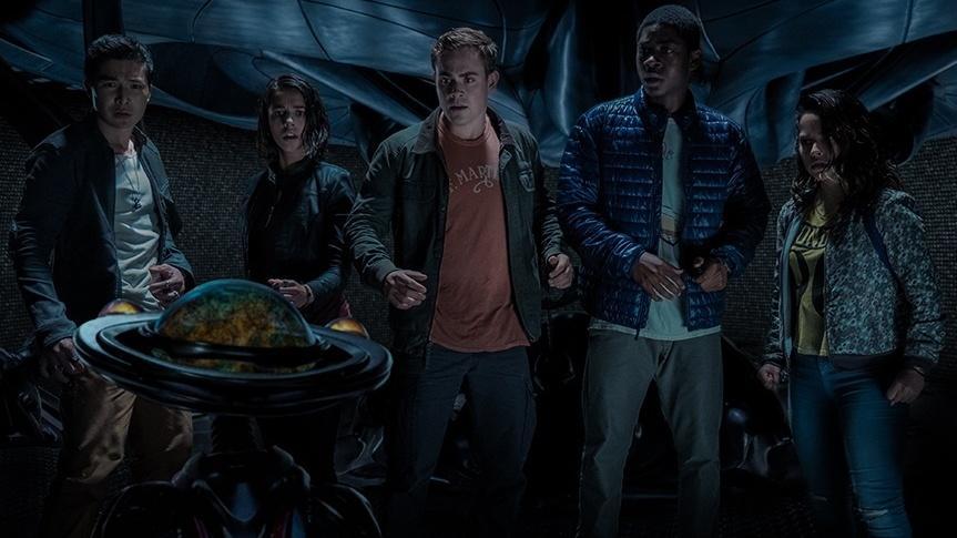 Zack, Kimberly, Jason, Billy and Trini meet Alpha 5 / © 2017 Lions Gate Ent. Inc.