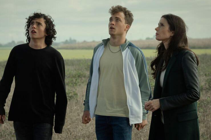Alexander Garfin as Jordan Kent, Jordan Elsass as Jonathan Kent and Bitsie Tulloch as Lois Lane watch Superman fly